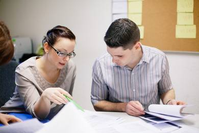 Zwei Studierende bei der Gruppenarbeit
